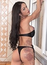 Tattooed Raica Fantastica shows off that she's fantastico in bed