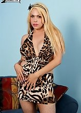 Arianna is a brand new girl to the industry and is proud to show off her full voluptuous figure. She is versatile, but generally prefers to bottom. Sh